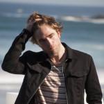 Robert Pattinson mesándose el cabello